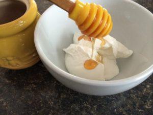 Mặt nạ trị mụn từ sữa chua và mật ong
