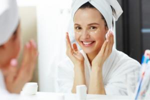 chăm sóc da mặt đúng cách giúp ngăn ngừa mụn nội tiết