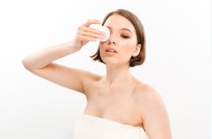 Tẩy trang sai cách có thể khiến thâm quầng mắt xuất hiện