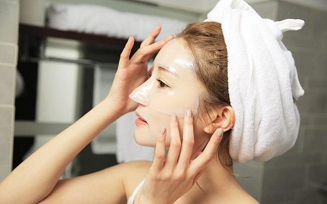 Đắp mặt nạ chăm sóc da hỗn hợp