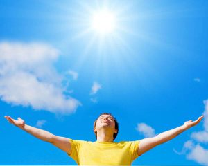 Thường xuyên tiếp xúc trực tiếp với ánh mặt trời là nguyên nhân khiến nam giới bị mụn không dứt